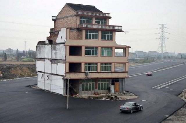 Não há dinheiro, a casa fica no meio da estrada!
